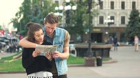 Νέο ζεύγος των τουριστών που εξετάζουν το χάρτη απόθεμα βίντεο