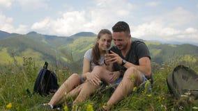 Νέο ζεύγος των τουριστών που κάνουν selfie στα βουνά απόθεμα βίντεο