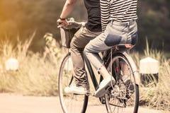 Νέο ζεύγος των hipsters που οδηγά ένα ποδήλατο από κοινού στοκ εικόνες