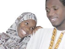 Νέο ζεύγος Afro την αγάπη και αγάπη, που απομονώνονται που παρουσιάζει Στοκ Φωτογραφίες
