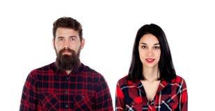 Νέο ζεύγος hipster με το κόκκινο πουκάμισο καρό που εξετάζει τη κάμερα Στοκ φωτογραφία με δικαίωμα ελεύθερης χρήσης