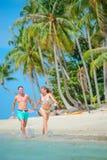 Νέο ζεύγος - newlyweds - που έχει τη διασκέδαση στην τροπική παραλία του Κ στοκ φωτογραφίες