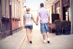 Νέο ζεύγος strolling για την πόλη στοκ φωτογραφίες με δικαίωμα ελεύθερης χρήσης
