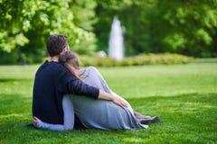 Νέο ζεύγος strolling στο πάρκο στοκ εικόνα με δικαίωμα ελεύθερης χρήσης