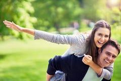 Νέο ζεύγος strolling στο πάρκο στοκ φωτογραφία με δικαίωμα ελεύθερης χρήσης