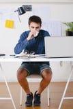 Νέο δημιουργικό άτομο σχεδιαστών που εργάζεται στο γραφείο και τον καφέ κατανάλωσης. Στοκ Εικόνα