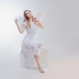 Νέο, θαυμάσιο ξανθό κορίτσι στην εικόνα ενός αγγέλου με τα άσπρα φτερά Στοκ εικόνα με δικαίωμα ελεύθερης χρήσης