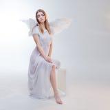 Νέο, θαυμάσιο ξανθό κορίτσι στην εικόνα ενός αγγέλου με τα άσπρα φτερά Στοκ φωτογραφία με δικαίωμα ελεύθερης χρήσης