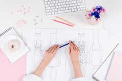 Νέο θηλυκό μολύβι εκμετάλλευσης σχεδιαστών μόδας εργαζόμενος με τα σκίτσα Στοκ Εικόνα