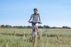 Νέο θηλυκό ποδήλατο γύρου Στοκ Φωτογραφία