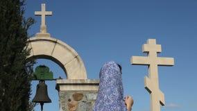 Νέο θηλυκό που λέει τις προσευχές, εξετάζοντας το σταυρό, που ρωτά το Θεό για τη βοήθεια, θρησκεία απόθεμα βίντεο