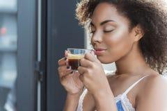 Νέο θηλυκό που πίνει τον εύγευστο καφέ Στοκ φωτογραφίες με δικαίωμα ελεύθερης χρήσης