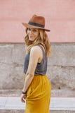 Νέο θηλυκό που φορά τα τείνοντας ενδύματα και ένα δροσερό καπέλο Στοκ Εικόνες