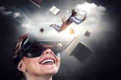 Νέο θηλυκό στην εικονική πραγματικότητα r στοκ εικόνα με δικαίωμα ελεύθερης χρήσης