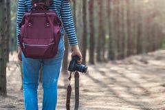 Νέο θηλυκό ταξίδι φωτογράφων τρόπου ζωής στοκ εικόνα με δικαίωμα ελεύθερης χρήσης