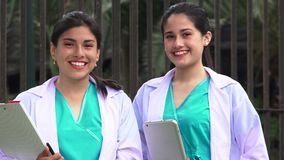 Νέο θηλυκό χαμόγελο νοσοκόμων φιλμ μικρού μήκους