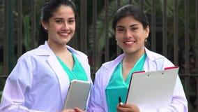 Νέο θηλυκό χαμόγελο νοσοκόμων απόθεμα βίντεο