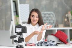 Νέο θηλυκό blogger με τα ρολόγια που καταγράφουν το βίντεο Στοκ Φωτογραφίες