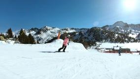 Νέο θηλυκό hipster snowboarder στην ηλιόλουστη κλίση απόθεμα βίντεο