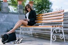 Νέο θηλυκό με τα κουρασμένα πόδια Στοκ φωτογραφία με δικαίωμα ελεύθερης χρήσης