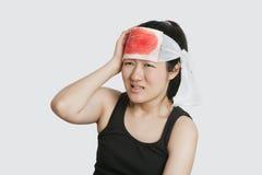 Νέο θηλυκό με το σοβαρό τραύμα στο κεφάλι Στοκ εικόνες με δικαίωμα ελεύθερης χρήσης