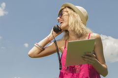 Νέο θηλυκό που έχει μια κλήση Στοκ εικόνες με δικαίωμα ελεύθερης χρήσης