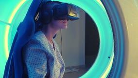 Νέο θηλυκό στην κάσκα εικονικής πραγματικότητας που επιλέγει το παιχνίδι για τη σύνοδο vr απόθεμα βίντεο