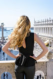 Νέο θηλυκό στο τετράγωνο SAN Marco στη Βενετία υποστηρίξτε την όψη Στοκ Φωτογραφίες