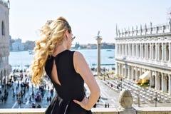 Νέο θηλυκό στο τετράγωνο SAN Marco στη Βενετία υποστηρίξτε την όψη Στοκ Εικόνες
