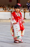 Νέο ιαπωνικό κορίτσι στο παραδοσιακό κιμονό στοκ εικόνες