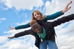 Νέο διεθνές ζεύγος στο υπόβαθρο ουρανού Αφρικανικός τύπος και καυκάσια γυναίκα Στοκ εικόνες με δικαίωμα ελεύθερης χρήσης