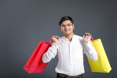 Νέο ινδικό άτομο με τις τσάντες αγορών στοκ φωτογραφία με δικαίωμα ελεύθερης χρήσης