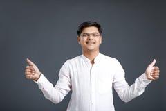 Νέο ινδικό άτομο που παρουσιάζει πλήγμα στοκ φωτογραφία με δικαίωμα ελεύθερης χρήσης