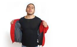 Νέο ισπανικό άτομο με τη μαζευμένη τρίχα που γίνεται στο κουλούρι που φορά το μαύρο πουκάμισο και το κόκκινο σακάκι, χέρια που αν Στοκ εικόνα με δικαίωμα ελεύθερης χρήσης