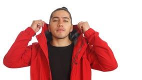Νέο ισπανικό άτομο με το μαζευμένο γίνοντα τρίχα τόξο που φορά τη μαύρη μπλούζα και το κόκκινο σακάκι, που θέτουν στο μέτωπο Στοκ φωτογραφίες με δικαίωμα ελεύθερης χρήσης