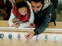 Νέο ισπανικό ζεύγος που επιλέγει το πιό πρόσφατο ρολόι της Apple Στοκ Εικόνα