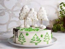 Νέο κέικ έτους με τα δέντρα μαρέγκας και σοκολάτα σε ένα ελαφρύ υπόβαθρο Στοκ Φωτογραφία