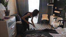 Νέο καθαρίζοντας σπίτι γυναικών, πλένοντας πάτωμα με την ηλεκτρική σκούπα Οικιακά, καθαρισμός και έννοια μικροδουλειών απόθεμα βίντεο