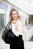 Νέο καθιερώνον τη μόδα ντυμένο θηλυκό smartphone χρησιμοποίησης Στοκ Φωτογραφίες
