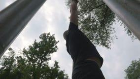 Νέο και αθλητικό άτομο που κάνει υπαίθρια τα στοιχεία τράβηγμα-UPS του workout απόθεμα βίντεο
