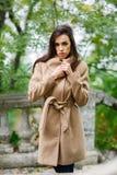 Νέο και όμορφο brunette υπαίθρια Στοκ Εικόνα