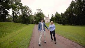 Νέο καλό ζεύγος που περπατά σε ένα πάρκο το καλοκαίρι Ρομαντική χρονολόγηση ή lovestory απόθεμα βίντεο