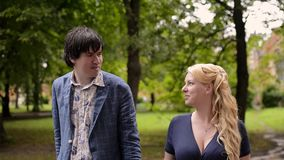 Νέο καλό ζεύγος που περπατά το καλοκαίρι Ρομαντική χρονολόγηση ή lovestory φιλμ μικρού μήκους