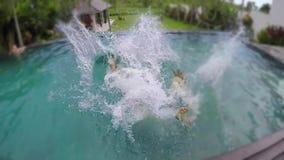 Νέο καλό ζεύγος που φωτογραφίζονται και πτώση στην πισίνα στην τροπική βίλα διακοπών απόθεμα βίντεο