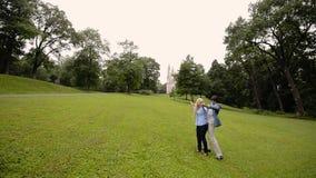 Νέο καλό ζεύγος που χορεύει σε ένα πάρκο το καλοκαίρι Ρομαντική χρονολόγηση ή lovestory απόθεμα βίντεο