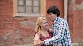 Νέο καλό ζεύγος που χορεύει υπαίθρια το καλοκαίρι Ρομαντική χρονολόγηση ή lovestory απόθεμα βίντεο