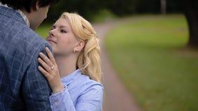 Νέο καλό ζεύγος σε ένα πάρκο το καλοκαίρι Ρομαντική χρονολόγηση ή lovestory απόθεμα βίντεο