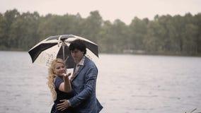Νέο καλό ζεύγος σε ένα πάρκο το καλοκαίρι Ρομαντική χρονολόγηση ή lovestory φιλμ μικρού μήκους
