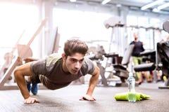 Νέο κατάλληλο ισπανικό άτομο στη γυμναστική που κάνει την ώθηση UPS Στοκ εικόνα με δικαίωμα ελεύθερης χρήσης