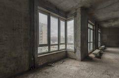 Νέο κατοικημένο διαμέρισμα χωρίς λήξη στο σύγχρονο σπίτι Συμπαγείς τοίχοι και επικοινωνίες Στοκ Εικόνα